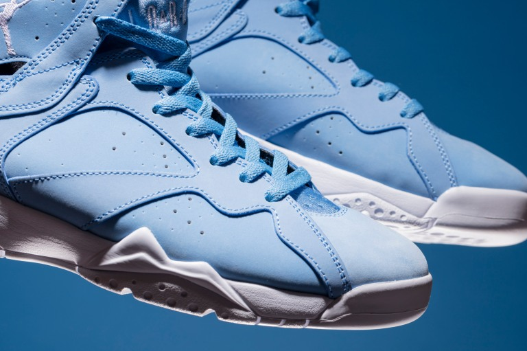 ir-Jordan-VII-Retro-304775-400-UNIVERSITY-BLUE-2-of-3.jpg