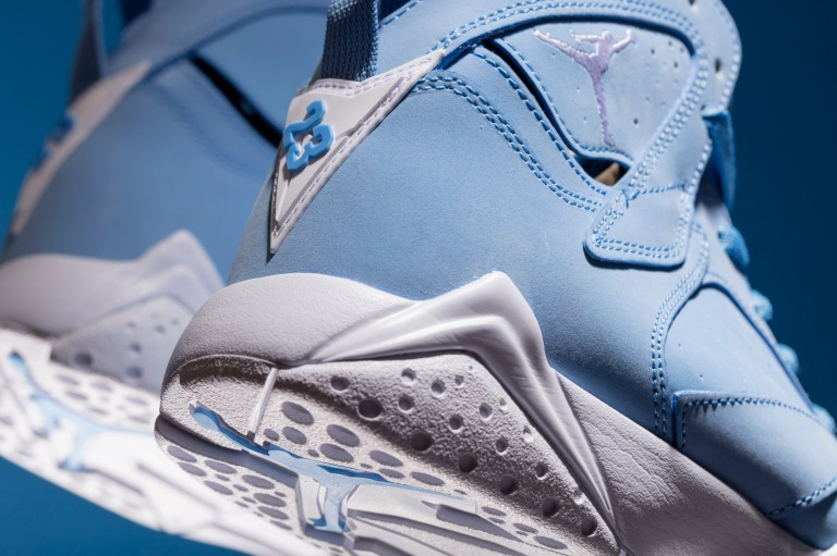 ir-Jordan-VII-Retro-304775-400-UNIVERSITY-BLUE-3-of-3.jpg